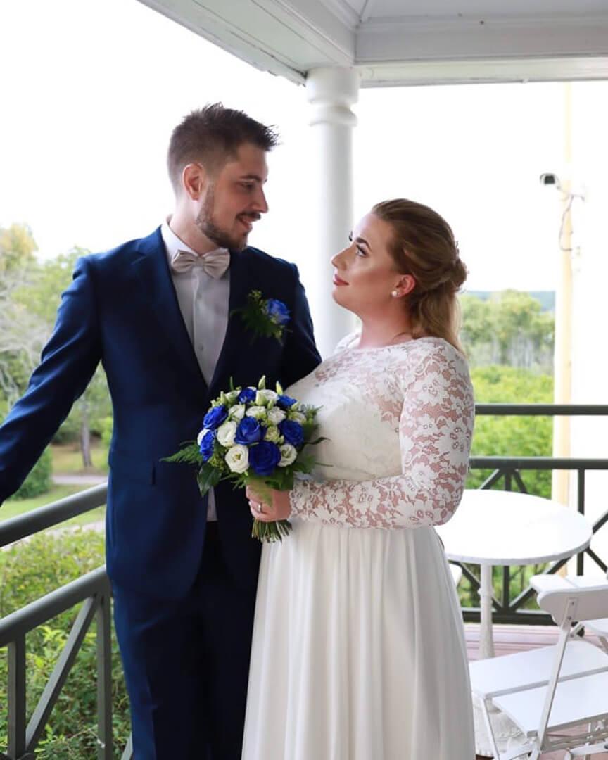 Bröllopspar som valde sin bröllopstårta från CakeByMelina i Norrköping. Bilden är från Löfstad Slott  i Norrköping